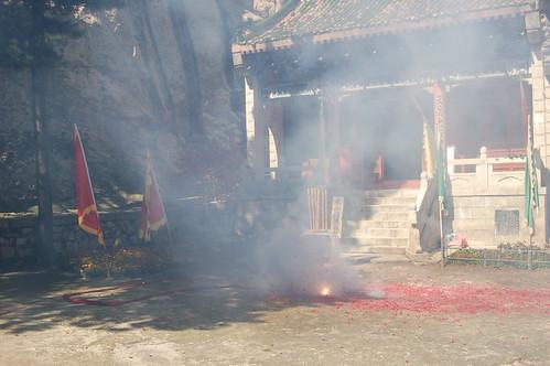 Im Innenhof eines Tempels wird ein Feuerwerk abgebrannt. Hier wurde auch für Karate Kid gedreht!