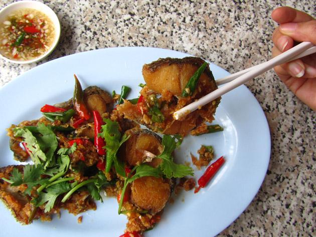 Snakehead fish with garlic and chilies (pla chon tod lard prik ปลาช่อนทอดราดพริก)