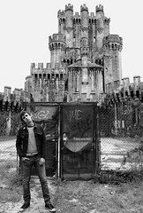 el guardin del castillo (leyritx) Tags: castle blancoynegro pose closed cerrado chico bizkaia castillo chulo valla verja butrn gatika gaztelua segurata butroe vallado