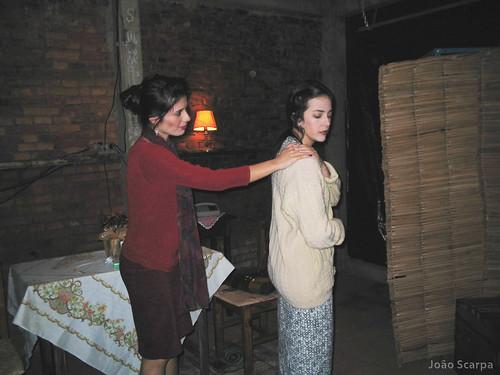 Atrizes encenam a peça Irmãs Siamesas