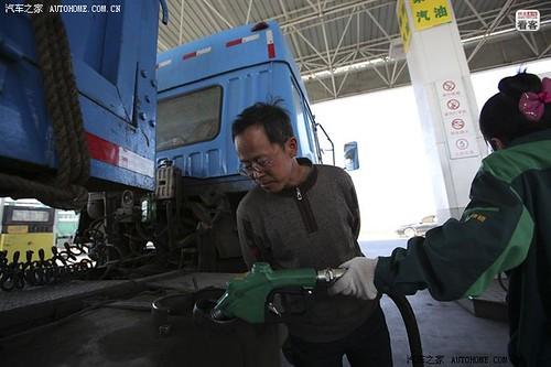 3月29日下午,跑了30多个小时的货车油不多了,郭伟明开进加油站加油。
