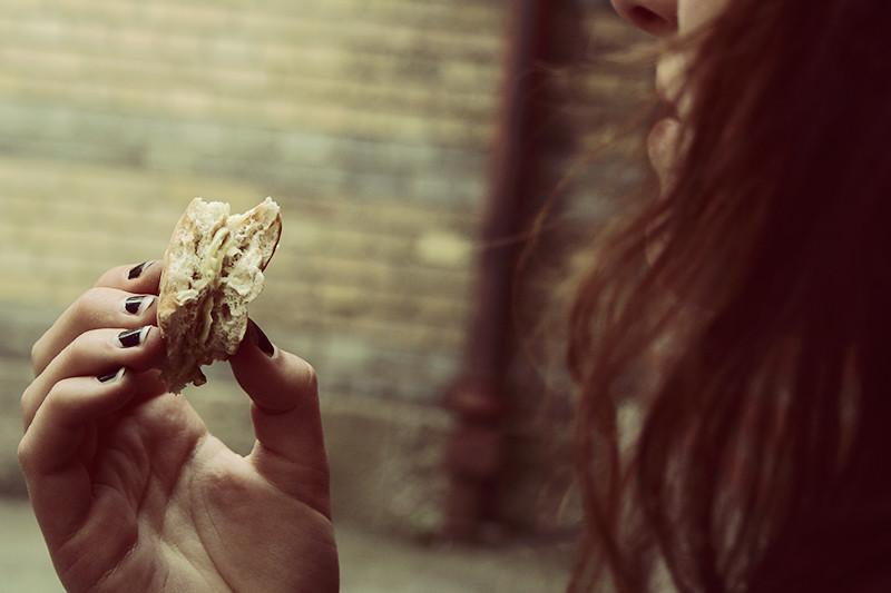 Caisa äter macka 2