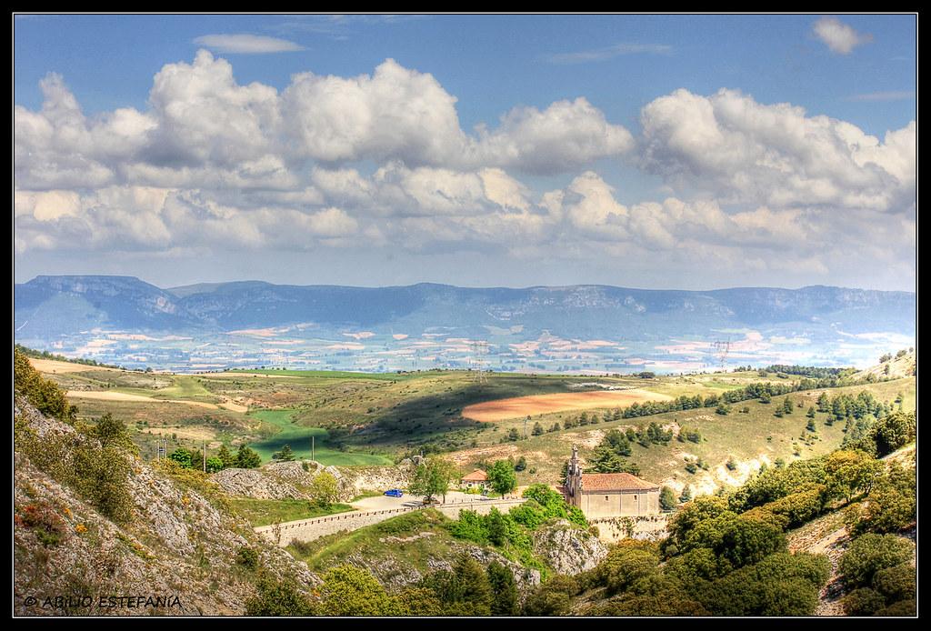 Santuario de Santa Casilda con los Montes Obarenes al fondo