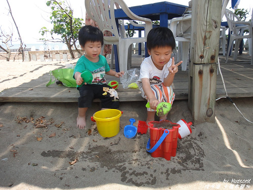 兩兄弟玩沙