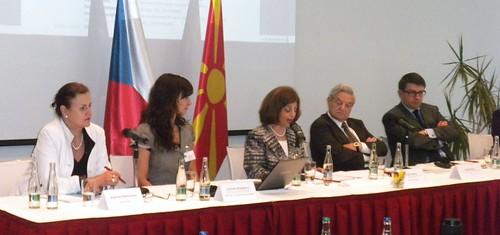 L-R: Katarina Mathernova, Gabriela Hrabanova, Lenia Samuel, George Soros, Aurel Ciobanu-Dordea
