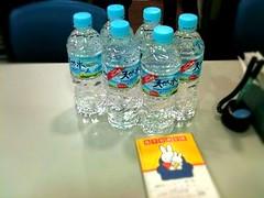 配布された水