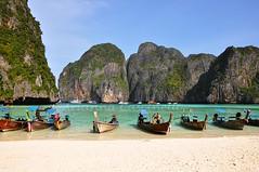 Tailandia (ariannacascinelli) Tags: sea verde green beach nature water beautiful thailand boat barca mare phi tailandia natura tropical vegetation koh acqua spiaggia vegetazione tropicale paradisi terrestri