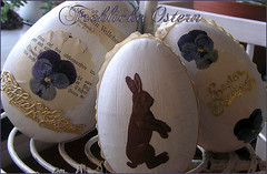 Frhliche Ostern (Boxwoodcottage) Tags: white bunny easter happy golden dresden foil painted cottage eggs april dried ostern pansies embellished 2010 boxwood violas papermach frhliche ostereier boxwoodcottage