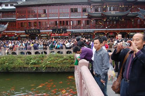 Eine riesige Menschenmenge bewundert den Eingang zum Yuyuan Garten.