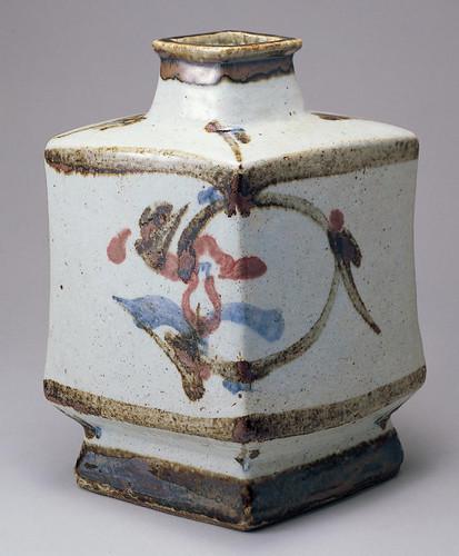 「白地草花絵扁壺」昭和14(1939)年頃 京都国立近代美術館蔵
