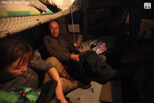 3月28日晚上9点,两人决定第二次休息,脱衣准备睡觉。货车司机都会选择在车上睡觉以节省开支。为了省油,郭伟明睡觉时不开空调。有一回冬天时开到东北,他们趁着车热睡一个多小时后被冻醒,然后接着开车。