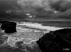 Tormenta en Las Catedrales / Storm at Las Catedrales (Mauricio Snchez Rubal) Tags: sea blackandwhite storm blancoynegro beach water stone clouds mar agua playa galicia nubes tormenta piedra ribadeo lascatedrales