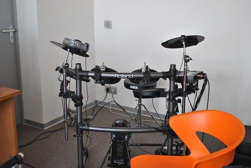 Барабанная установка в музыкальной комнате Яндекса
