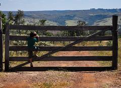 Curiosity! (Claudia Oseki) Tags: road boy brazil nature brasília brasil children landscape back child paisagem estrada goiânia goiás