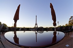 Cafeiffel (marc do) Tags: city urban paris france reflection tower monument caf metal architecture bar umbrella sunrise dawn cafe md frankreich europa europe do torre tour alba toren eiffeltower paddle frana landmark eiffel fisheye reflet parasol aurora toureiffel torreeiffel reflejo frankrijk dmmerung umbrellas turm eiffelturm ombrelloni francia sonnenaufgang reflexo spiegelung parijs paleta aurore  leverdesoleil parigi zonsopgang parasols frankrike nascerdosol riflesso aube morgengrauen   salidadelsol   francja  dageraad   flickraward marcdo afspiegeling marcde flickraward5 gettyimagesfranceq2