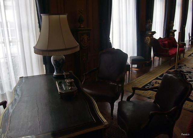 Les fauteuils face au bureau ont l'air très confortables