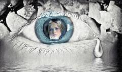Hoy llueve y te recuerdo... extraño tus ojos con una lágrima en los míos... (conejo721*) Tags: argentina ojo amor palabras mardelplata poesía poema lágrima sentimientos rostrodemujer conejo721 ríodelágrimas