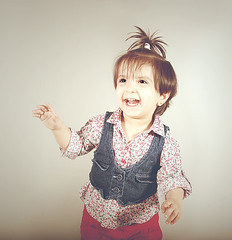 Deema <3 (Ebtesam.) Tags: blue light red 35mm studio kid nikon child saudi arabia jeddah studiolight 18 abdullah deema kingdomofsaudiarabia 35mm18 nikond40x d40x ebtesam dayom ebtesamabdullah