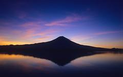 [フリー画像] 自然・風景, 山, 湖・池, 夕日・夕焼け・日没, 日本, 富士山, 201104120100