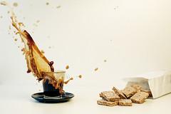Lggerli & Splash (dongga BS) Tags: coffee schweiz drops cookie kaffee basel splash splish lckerli gebck canoneos50d ef35mmf14lusm baslerlckerli baslerlggerli lggerli frozenmovmentspritzer