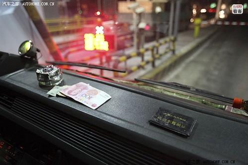 3月28日凌晨1点50分,郭伟明的车经过一个收费站,用来应付检查的夹有100元钱的空驾驶证放在车前。结果警察少有的没截他们的车,夫妻俩暗自感叹幸运。一路上,夫妻俩一共要路过7个收费站,最害怕四平和毛家店收费站,那里的警察截住就要200元,最低也要150元