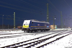 480 001-1, 18.12.2010, Hegyeshalom (Spagiboy) Tags: railroad winter house snow colors station night train landscape hungary rail railway locomotive lokomotive magyarorszg traxx mv h vonat hegyeshalom mozdony