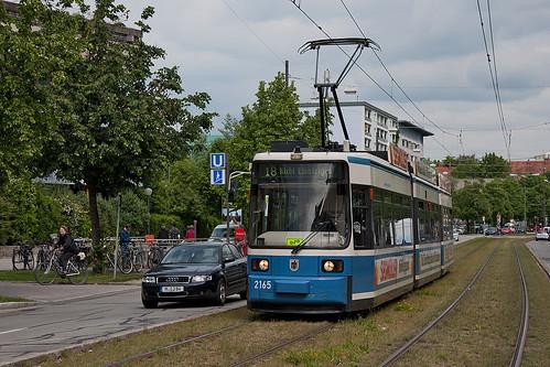 Wagen 2165 erreicht den Max-Weber-Platz. In wenigen Sekunden wird sich die Zielanzeige von »Nicht Einsteigen« auf »Gondrellplatz« ändern.