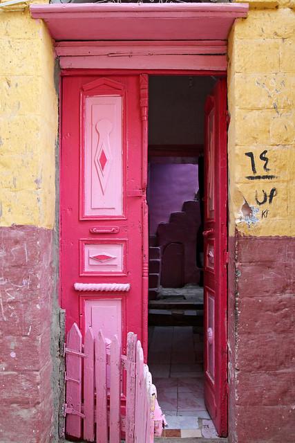 エジプト旅行 アスワン ヌビア村 ピンク色のドア