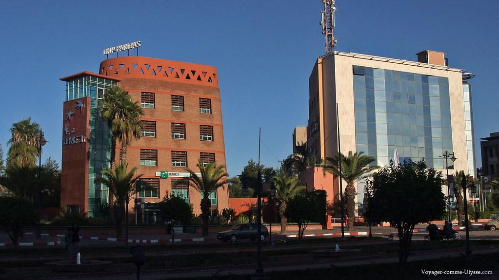 L'immeuble de BNP Paribas à gauche respecte l'architecture locale