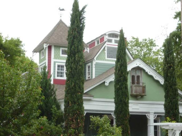 P1090888-2011-04-15-Hapeville-S-Funton-Ave-Maison-LaVigne-BnB-roofline-Vane