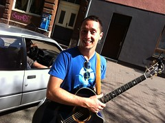 Die Gitarre immer dabei: Cris Cosmo (wasgehtmalu) Tags: song mannheim lied singersongwriter jungbusch popakademie criscosmo scheisauffacebook liedermachher