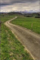 Carretera en el Valle de Aras (Julio Codesal) Tags: verde carretera julio nubes kdd cantabria montaas nwn codesal hierba cercado cuneta juliocodesal