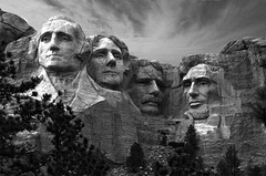 Mount Rushmore National Memorial (Davoud D.) Tags: sculpture usa southdakota blackhills unitedstates sd keystone nationalparkservice mountrushmore georgewashington abrahamlincoln mtrushmore thomasjefferson theodoreroosevelt northbynorthwest mountrushmorenationalmemorial gutzonborglum keystonesd theblackhills lincolnborglum doanerobinson