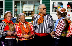 Opgedoft voor Koninginnedag (ZoomLoes) Tags: april marken klederdracht koninginnedag 2011 loesvandezande