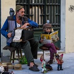 Pai e filha, artistas de rua (Father and daughter, street artists) (A. Paulo C. M. Oliveira) Tags: instantneo snapshot gentes peoples retrato portrait porto portugal nikon d3000