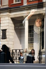 _SFI8520 (Steve Franck) Tags: sun reflection window glass scarf work spnp