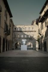 Mattina metafisica (guiba6) Tags: leica italy statue verona katemoss 2009 marcquinn metafisica leicam8 portaborsari voigtlander12
