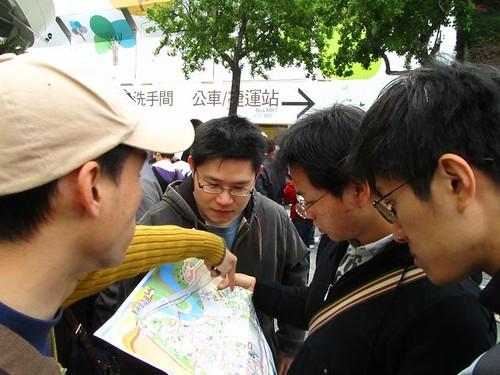 2011台北花博-大家看地圖找路線.JPG