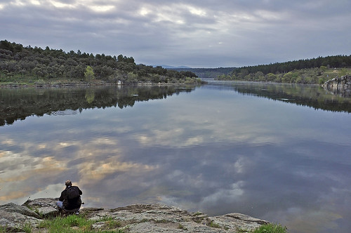 Contemplando las nubes del amanecer sobre el pantano - Contemplating the clouds of the dawn on the reservoir by Marco Antonio Losas
