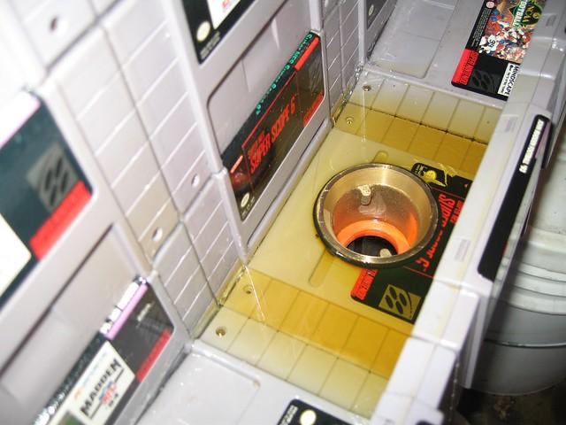 urinario hecho con cartuchos de la SNES 2