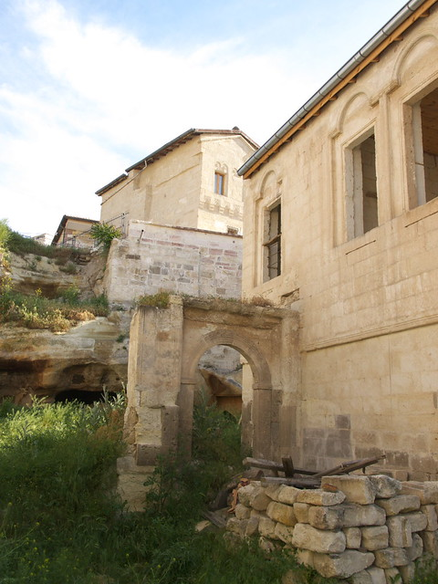 希臘區舊房子旁空地