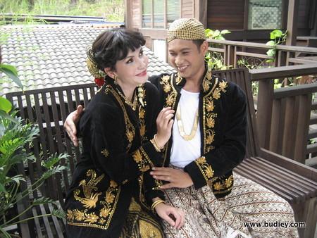 Faizal di samping Julia Dziegler dalam drama Wak