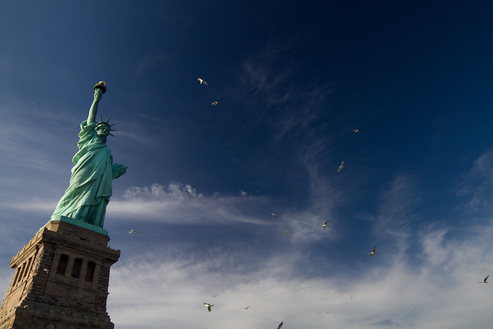 La libertad iluminando el mundo, conocida como la Estatua de la Libertad, es uno de los monumentos más famosos de Nueva York, de los Estados Unidos y de todo el mundo. Se encuentra en la isla de la Libertad al sur de la isla de Manhattan. Fue inaugurada el 28 de octubre de 1886, obra del escultor francés Frédéric Auguste Bartholdi, fue regalada por Francia a Estados Unidos como un obsequio para la conmemoración del centenario de la independencia estadounidense. Desde 1984 está considerada Patrimonio de la Humanidad por la Unesco y recibe en torno a 3,2 millones de visitantes al año. (Tetsu Espósito - Nueva York, Estados Unidos)