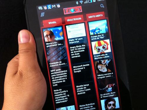 Lendo jornais e revistas no Samsung Galaxy Tab - foto de Sam Shiraishi - proibida reprodução e todos os direitos reservados