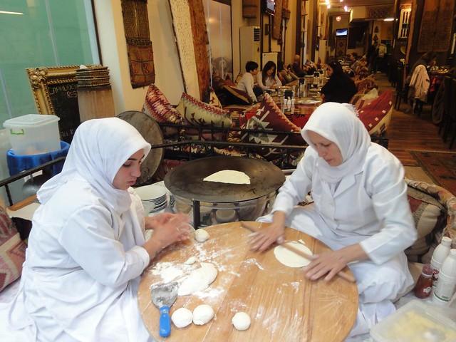 Mulheres a fazerem pastéis recheados com espinafres em Istambul