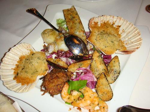 Mix de pescados y mariscos gratinados al horno