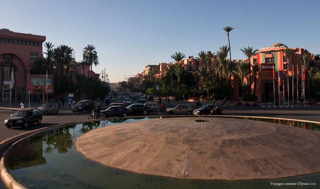 Sur la droite, un grand hôtel, de Marmara