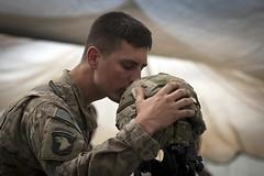 [フリー画像] 社会・環境, 戦争・軍隊, キス, 兵士, アメリカ陸軍, 201104212300