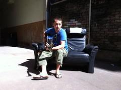 Im Innenhof seiner alten Wohnung im Jungbusch (wasgehtmalu) Tags: song mannheim lied singersongwriter jungbusch popakademie criscosmo scheisauffacebook liedermachher