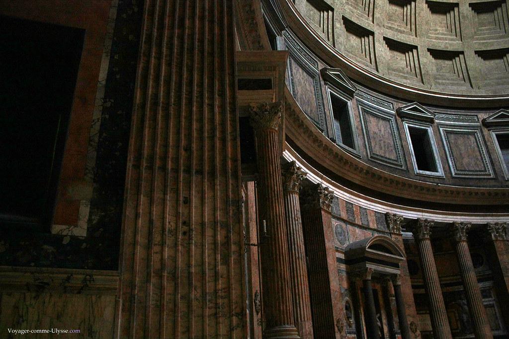 L'intérieur du Panthéon est pratiquement identique à ce qu'il avait pu être pendant l'Antiquité